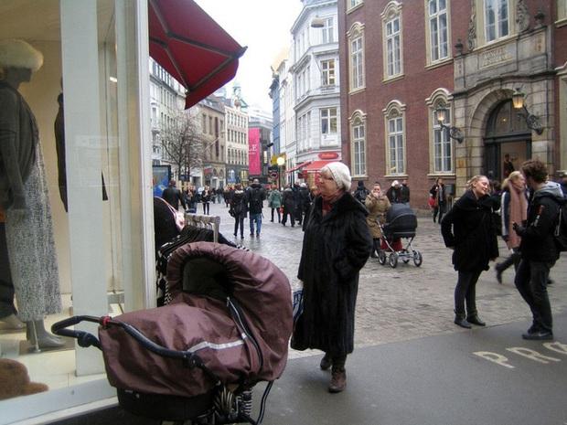 Bố mẹ bỏ con ngủ trên xe đẩy để vào nhà hàng ăn uống đã đời, hình ảnh gây phẫn nộ hóa ra là chuyện thường ngày ở huyện tại quốc gia này - Ảnh 1.