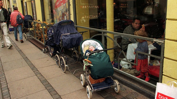 Bố mẹ bỏ con ngủ trên xe đẩy để vào nhà hàng ăn uống đã đời, hình ảnh gây phẫn nộ hóa ra là chuyện thường ngày ở huyện tại quốc gia này - Ảnh 2.