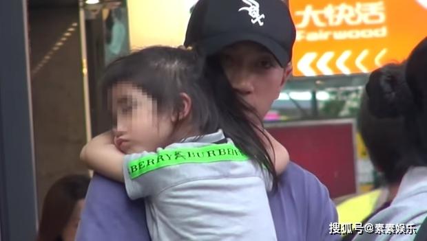 Xót xa hình ảnh cô con gái 5 tuổi ôm chặt Lưu Khải Uy không rời, Dương Mịch lại bị réo tên vì vô trách nhiệm - Ảnh 2.