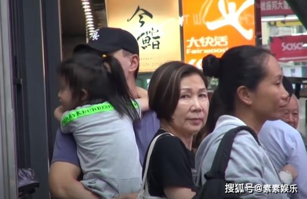 Xót xa hình ảnh cô con gái 5 tuổi ôm chặt Lưu Khải Uy không rời, Dương Mịch lại bị réo tên vì vô trách nhiệm - Ảnh 5.