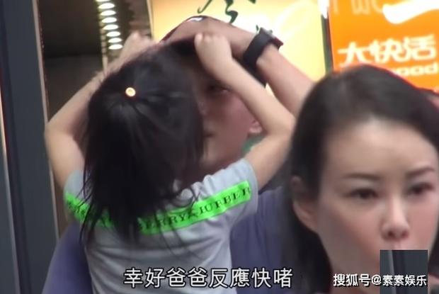 Xót xa hình ảnh cô con gái 5 tuổi ôm chặt Lưu Khải Uy không rời, Dương Mịch lại bị réo tên vì vô trách nhiệm - Ảnh 6.
