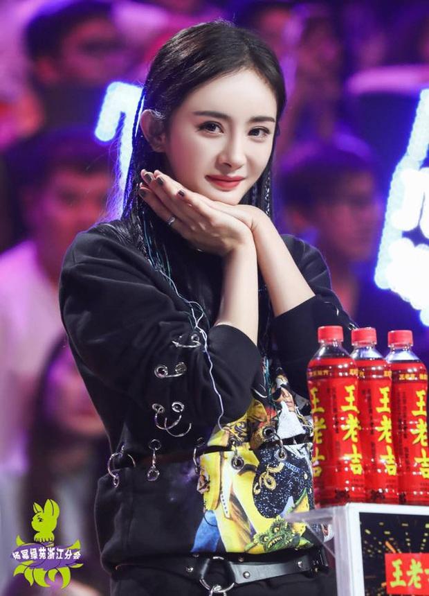 Nhìn kĩ ảnh mới của Dương Mịch mới thấy cô cần một voucher sử dụng giấy thấm dầu miễn phí trọn đời - Ảnh 1.