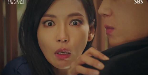 Đang ngấu nghiến hôn chồng cũ, ác nữ Seo Jin bị chồng mới bắt sống tại trận ở Penthouse 2 tập 3 - Ảnh 13.