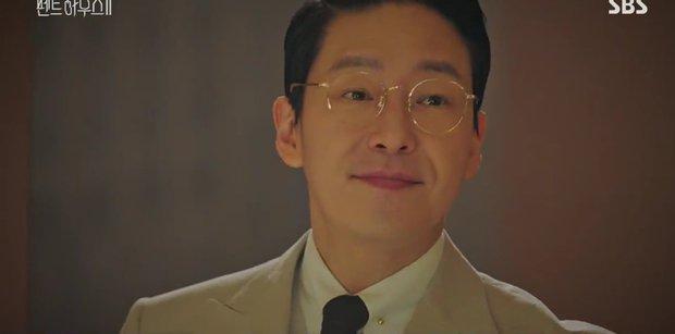 Đang ngấu nghiến hôn chồng cũ, ác nữ Seo Jin bị chồng mới bắt sống tại trận ở Penthouse 2 tập 3 - Ảnh 14.