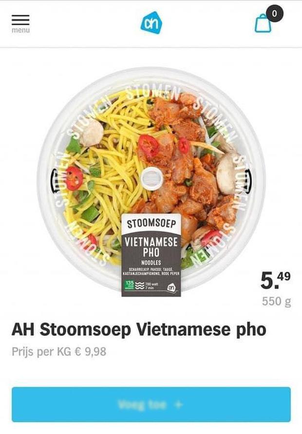"""Chuỗi siêu thị Hà Lan bị tẩy chay vì biến tấu món phở Việt quá mức: """"Sợi phở"""" vàng như mì tôm, ăn kèm thịt gà sốt? - Ảnh 1."""