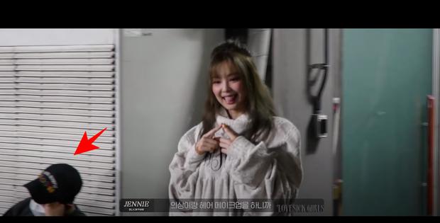Rosé đèo Jisoo trên con xe y chang ảnh G-Dragon bị Dispatch tóm, hoá ra hẹn hò Jennie ở hậu trường quay MV Lovesick Girls? - Ảnh 2.