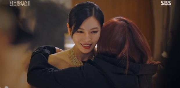 Đang ngấu nghiến hôn chồng cũ, ác nữ Seo Jin bị chồng mới bắt sống tại trận ở Penthouse 2 tập 3 - Ảnh 1.