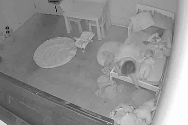 Đứa trẻ đang chơi thì dần biến mất dưới gầm giường miệng liên tục hoảng hốt gọi mẹ, video gây bão MXH khiến cả triệu người xem kinh hãi tột độ - Ảnh 1.