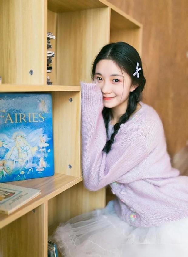 Nàng thơ sinh năm 2000 của Trương Nghệ Mưu dính phốt khai gian tuổi, netizen chê bai: Đọ không nổi với lứa 9X nên đành lùi bước về sau? - Ảnh 1.