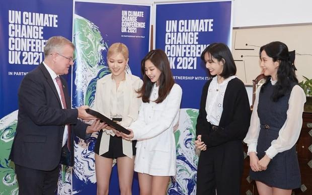 HOT: Jennie (BLACKPINK) lần đầu lộ diện sau tin hẹn hò G-Dragon, nhan sắc đỉnh của chóp tại sự kiện gây bão toàn cầu - Ảnh 3.