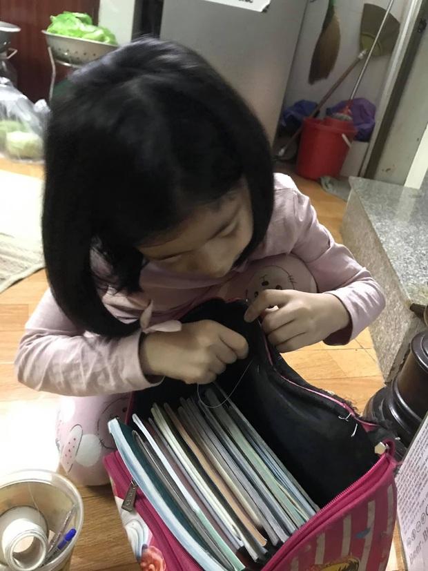 Cô bé 6 tuổi tự khâu cặp sách bị hỏng, nghe người mẹ giải thích mới thấy đáng yêu quá chừng! - Ảnh 1.