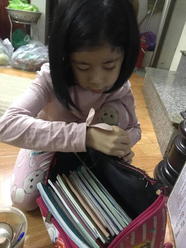 Cô bé 6 tuổi tự khâu cặp sách bị hỏng, nghe người mẹ giải thích mới thấy đáng yêu quá chừng! - Ảnh 2.