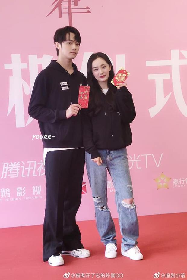 Dương Mịch bị netizen chê bai vì lệch tông với Hứa Khải ở poster phim mới đậm mùi teenfic - Ảnh 2.