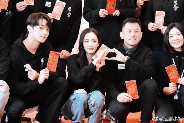 Dương Mịch bị netizen chê bai vì lệch tông với Hứa Khải ở poster phim mới đậm mùi teenfic - Ảnh 3.