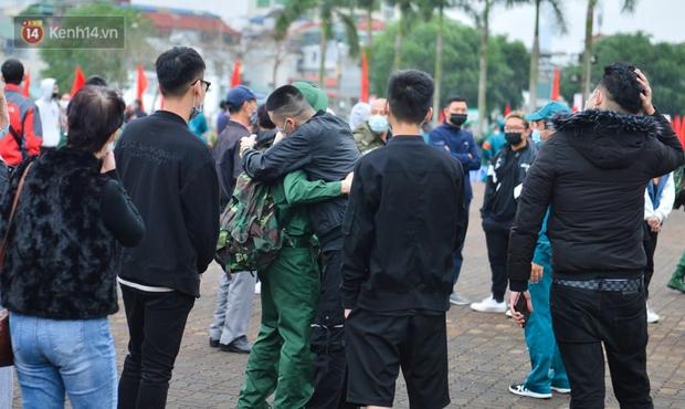 Ảnh: Cha mẹ bịn rịn khóc nức nở, cố với theo cửa kính ô tô tạm biệt các tân binh lên đường nhập ngũ - Ảnh 12.