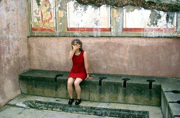 Kinh dị chuyện nhà vệ sinh công cộng thời La Mã, nơi tất cả mọi người chùi chung bằng 1 cái que - Ảnh 4.
