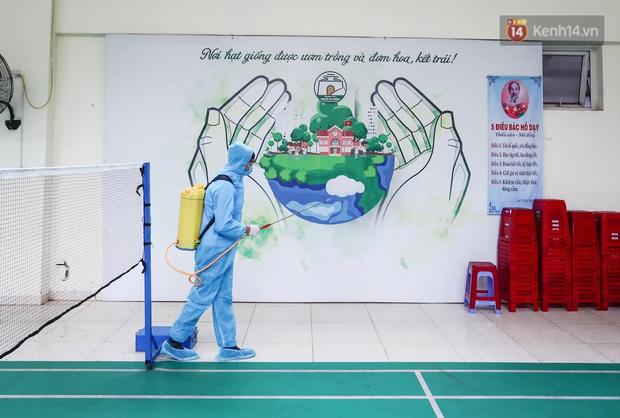 Trường học tại Hà Nội tổng vệ sinh, phun khử khuẩn chuẩn bị đón học sinh đi học trở lại - Ảnh 6.