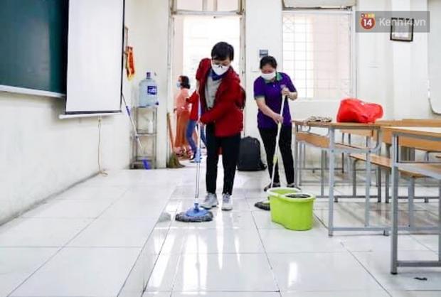 Trường học tại Hà Nội tổng vệ sinh, phun khử khuẩn chuẩn bị đón học sinh đi học trở lại - Ảnh 3.