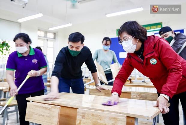 Trường học tại Hà Nội tổng vệ sinh, phun khử khuẩn chuẩn bị đón học sinh đi học trở lại - Ảnh 1.