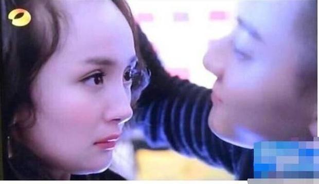 Xuất hiện bên người tình màn ảnh Hứa Khải, Dương Mịch lộ khuyết điểm tóc thưa rõ rệt, visual già đi trông thấy - Ảnh 7.