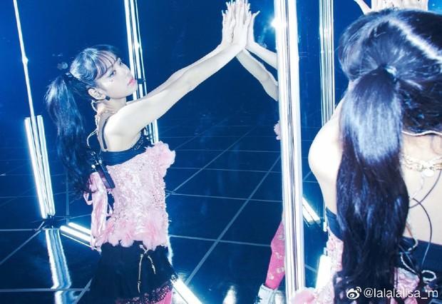 Nửa đêm, Lisa (BLACKPINK) náo loạn Weibo với màn xả ảnh hiếm: Sexy xịt máu mũi, body lẫn thần thái quá hoàn mỹ - Ảnh 7.
