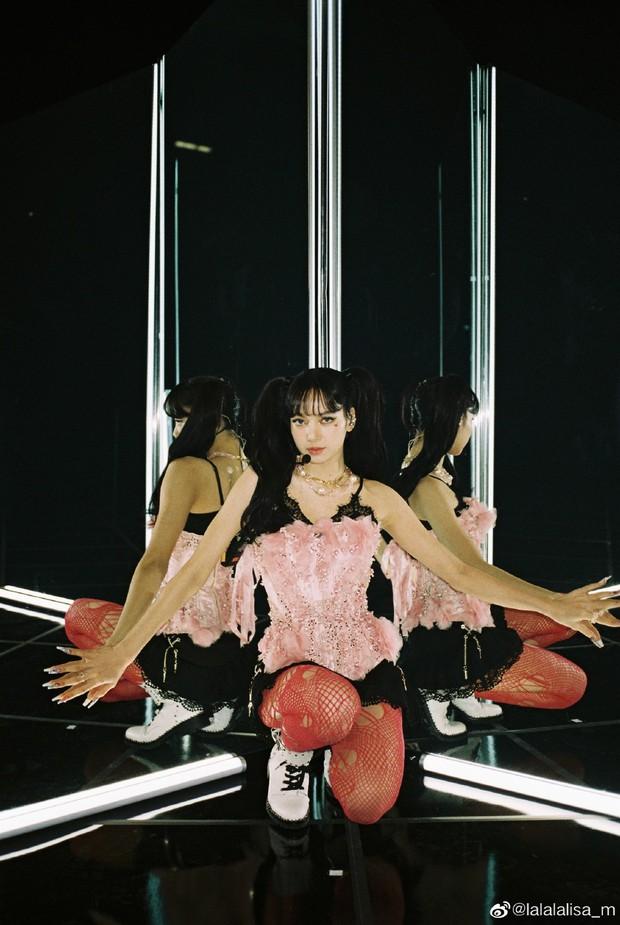 Nửa đêm, Lisa (BLACKPINK) náo loạn Weibo với màn xả ảnh hiếm: Sexy xịt máu mũi, body lẫn thần thái quá hoàn mỹ - Ảnh 4.