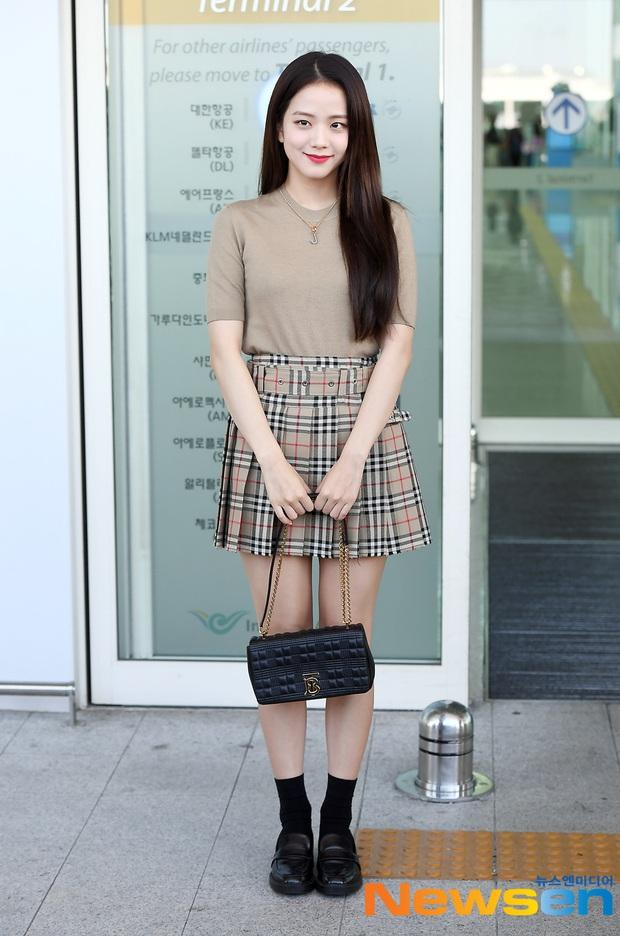 Jisoo lại đổi style diện váy, chuyển hẳn sang hệ tiểu thư nhà giàu chứ không còn xì tin như trước kia nữa - Ảnh 11.