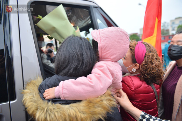 Ảnh: Cha mẹ bịn rịn khóc nức nở, cố với theo cửa kính ô tô tạm biệt các tân binh lên đường nhập ngũ - Ảnh 9.