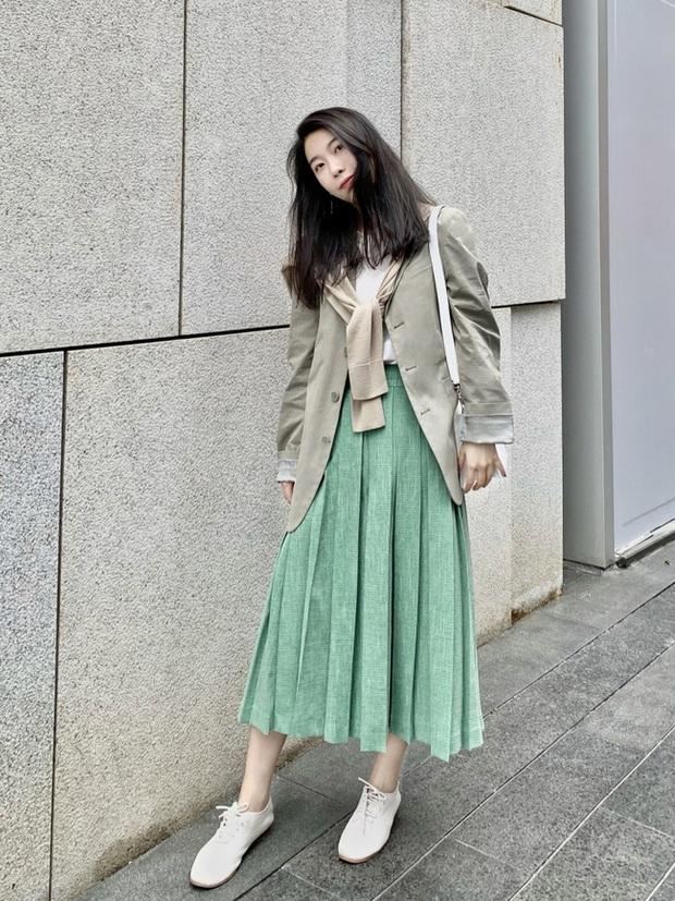 Street style Châu Á: Nhiều màu sắc xuống phố nhưng bất ngờ nhất là màn khoe eo mỏng dính của cô nàng váy cam - Ảnh 13.