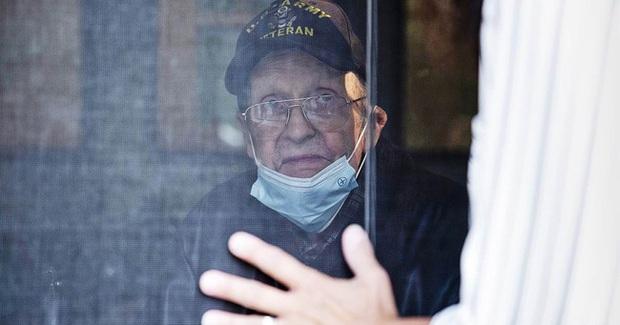Ký ức ám ảnh của một nhân viên trực tổng đài 911: Cụ bà U70 gọi kể chuyện tự chặt đứt ngón tay, cảnh sát tới nơi chứng kiến cảnh không khác gì lò mổ - Ảnh 3.