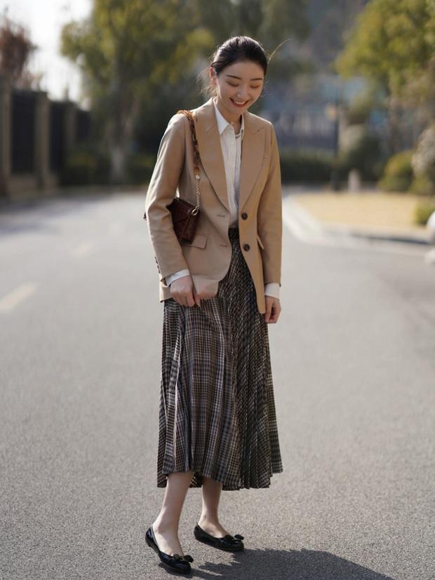 Street style Châu Á: Nhiều màu sắc xuống phố nhưng bất ngờ nhất là màn khoe eo mỏng dính của cô nàng váy cam - Ảnh 5.