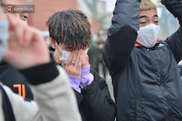 Ảnh: Cha mẹ bịn rịn khóc nức nở, cố với theo cửa kính ô tô tạm biệt các tân binh lên đường nhập ngũ - Ảnh 10.
