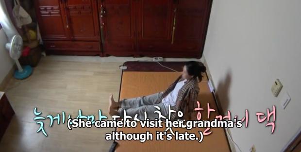 Dàn sao Hàn bật khóc khi thấy cảnh Hwasa (MAMAMOO) về thăm nhà người bà quá cố - Ảnh 2.