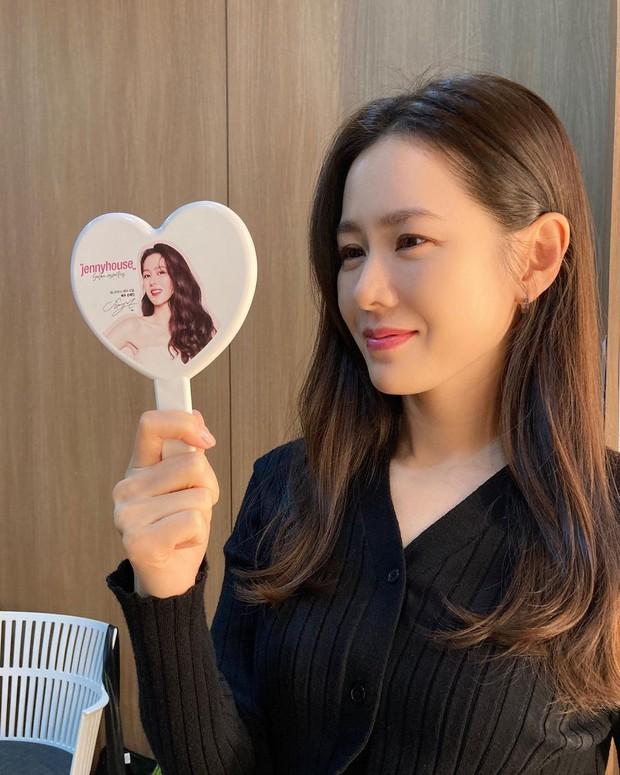 Son Ye Jin tung ảnh selfie rạng ngời, ai dè bị dìm nhan sắc đến mức mỹ nhân Vườn Sao Băng cũng phải vào góp ý - Ảnh 4.