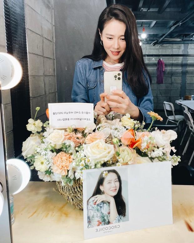 Son Ye Jin tung ảnh selfie rạng ngời, ai dè bị dìm nhan sắc đến mức mỹ nhân Vườn Sao Băng cũng phải vào góp ý - Ảnh 2.