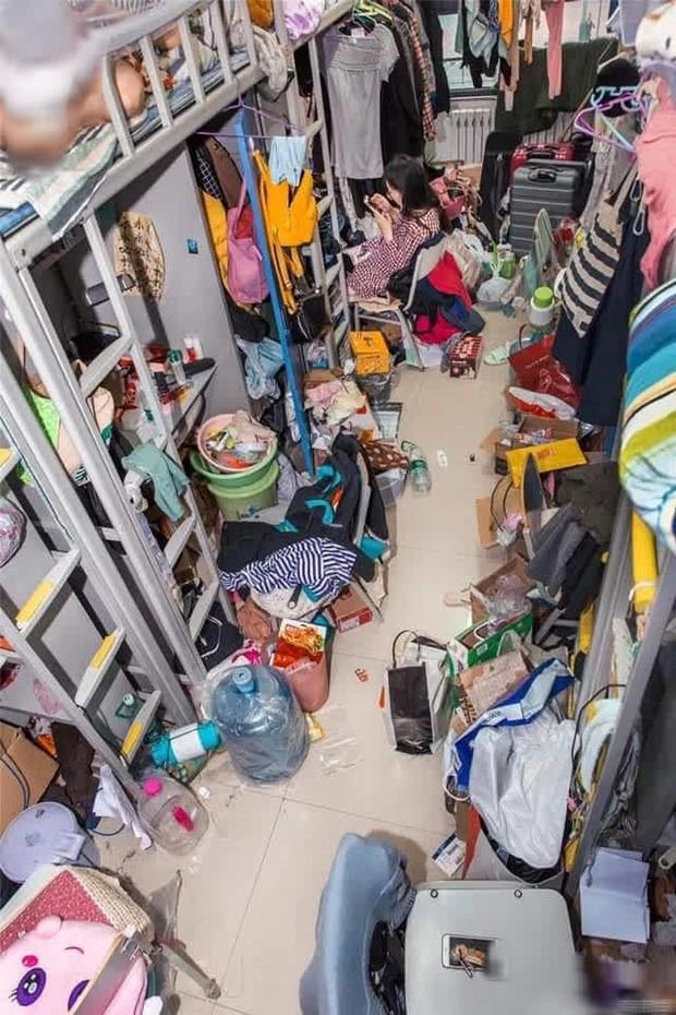 Đột nhập ký túc xá sinh viên, tá hoả với hình ảnh bừa bộn đồ đạc, rác thải chật kín lối đi - Ảnh 1.