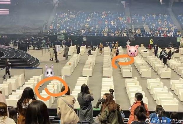 Tiêu Chiến - Vương Nhất Bác ngồi xa cả thước vẫn gây sốt ở Đêm hội Weibo, hóa ra do trộm hint từ Trần Tình Lệnh? - Ảnh 2.