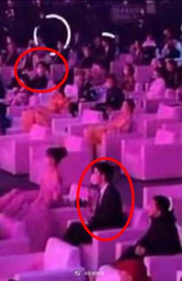 Tiêu Chiến - Vương Nhất Bác ngồi xa cả thước vẫn gây sốt ở Đêm hội Weibo, hóa ra do trộm hint từ Trần Tình Lệnh? - Ảnh 4.