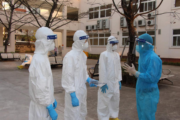 Nhìn lại một tháng cả nước chống đợt dịch Covid-19 thứ 3: Số ca nhiễm tăng nhanh, vaccine được xác định là vũ khí lợi hại chiến thắng đại dịch - Ảnh 1.