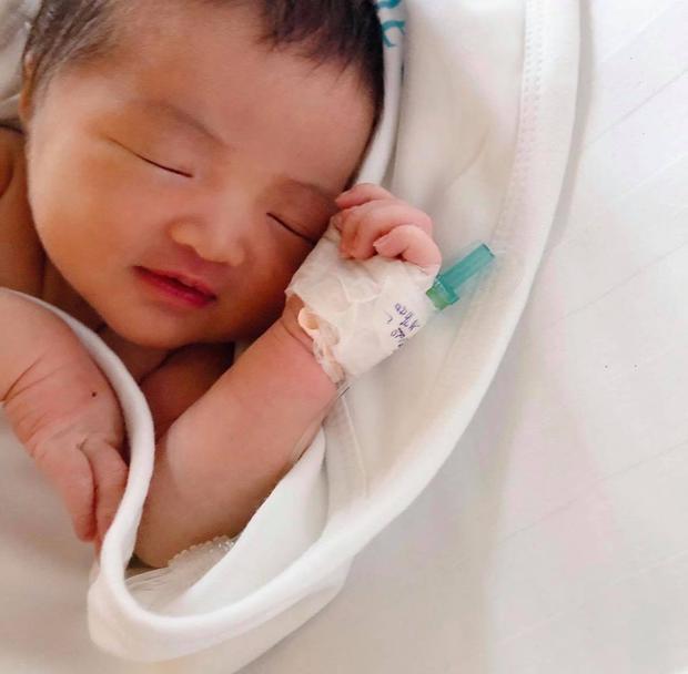 Đông Nhi lần đầu công bố loạt ảnh siêu cưng của con gái lúc 1 tuần tuổi, bé Winnie có cả tài khoản MXH riêng gây sốt - Ảnh 3.