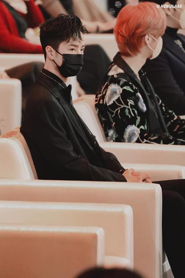 Tiêu Chiến - Vương Nhất Bác ngồi xa cả thước vẫn gây sốt ở Đêm hội Weibo, hóa ra do trộm hint từ Trần Tình Lệnh? - Ảnh 8.