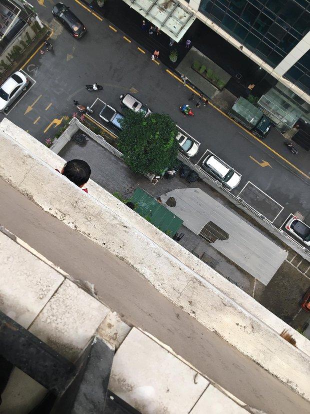 Clip: Bé gái 3 tuổi ở Hà Nội trèo ra khỏi lan can ban công chung cư rồi rơi xuống khiến người xem thót tim - Ảnh 3.