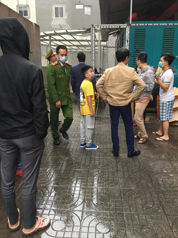 Thót tim clip bé gái 3 tuổi ở Hà Nội trèo ra ban công tầng 12 rồi rơi xuống - Ảnh 2.