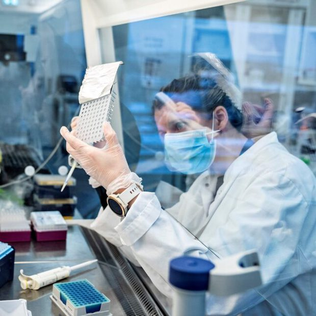 Nước Anh và bài học cho cả thế giới: Trở thành phòng thí nghiệm sống về khả năng của biến chủng Covid-19 mới - Ảnh 3.