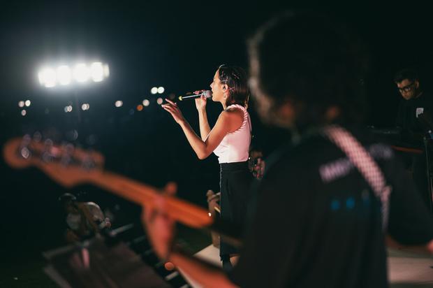 Thoát vai cá tính, Gigi Hương Giang đằm thắm cân cực ngọt loạt hit của Uyên Linh - Nguyên Hà - Ảnh 5.
