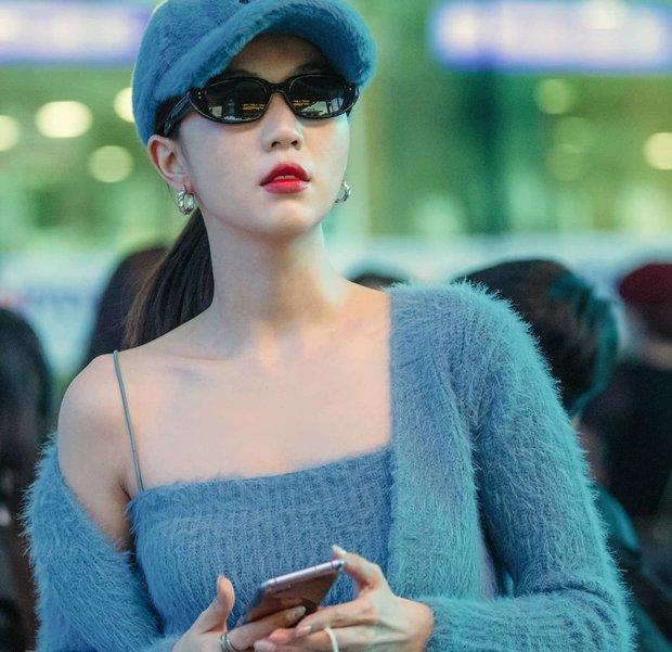 Ngọc Trinh - Chi Pu cùng diện set áo khoe vòng 2 mlem mlem, netizen rần rần: Ai chặt chém ai? - Ảnh 2.