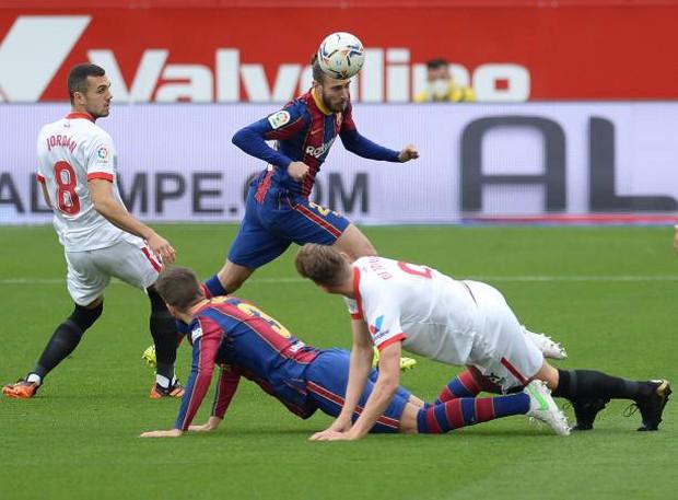 Messi tỏa sáng rực rỡ, Barcelona tạm chiếm giữ vị trí của đại kình địch Real - Ảnh 1.