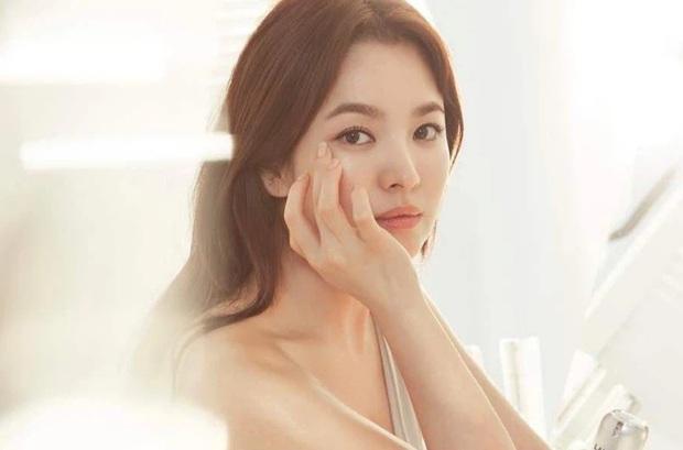 Nhìn Song Hye Kyo makeup nhạt đã quen, nhưng nhìn cô biến hình makeup đậm qua ảnh của fan thì bạn sẽ ngỡ ngàng - Ảnh 1.