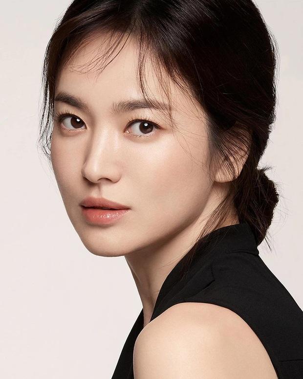 Nhìn Song Hye Kyo makeup nhạt đã quen, nhưng nhìn cô biến hình makeup đậm qua ảnh của fan thì bạn sẽ ngỡ ngàng - Ảnh 2.