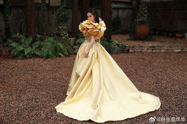 Màn đọ sắc khốc liệt nhất Cbiz hôm nay: Angela Baby hoá công chúa Belle, so kè từng milimet với Nhiệt Ba - Triệu Lệ Dĩnh - Ảnh 7.